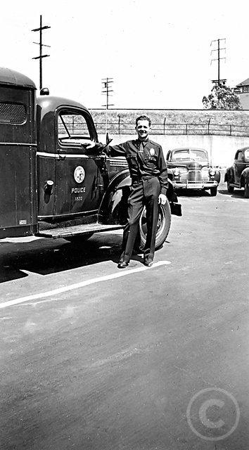 LAPDofficerpaddywagon.jpg